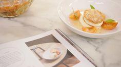 Dit is een topdessert met een klassieke 'crème chiboust', genoemd naar de patissier die de crème uitvond. Het is banketbakkersroom waar je meringue door roert. Jeroen combineert het met gepocheerde abrikozen.