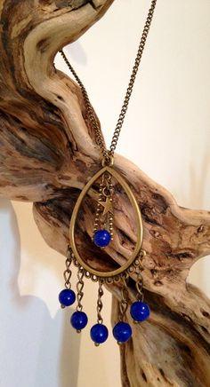 Collier coloris bronze avec pendentif goutte en laiton bronze et perle en verre bleu diamètre 6mm. : Collier par l-ecrin-creatif