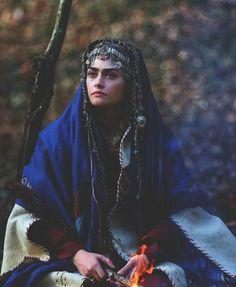 Found on Bing from kiorpic. Turkish Women Beautiful, Turkish Beauty, Beautiful Girl Image, Muslim Men Clothing, Learn Turkish Language, Esra Bilgic, Muslim Beauty, Pakistani Fashion Casual, Brave Women