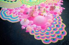 Tanya Schultz creates psychedelic art installations using candy and sugar. More on ignant.de...