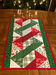 Quilted Table Runners Christmas, Patchwork Table Runner, Christmas Runner, Table Runner And Placemats, Christmas Holiday, Christmas Sewing, Quilt Table Runners, Quilt Placemats, Quilted Christmas Gifts