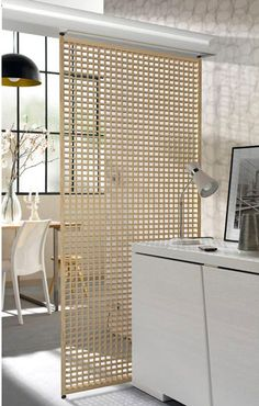 Cloison coulissante en bois pour séparer cuisine et salle à manger dans petit appartement