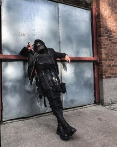 The North face baseball cap and black techwear outfit for man Edgy Outfits, Anime Outfits, Cool Outfits, Cyberpunk Clothes, Cyberpunk Fashion, Rauch Fotografie, Mode Grunge, Mode Streetwear, Character Outfits