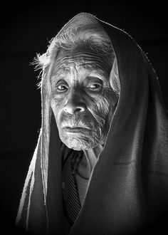 Gesichter Fotografien Rostros Fotograf a Tableaux Vivants, Old Faces, Foto Art, Interesting Faces, People Around The World, Old Women, Black And White Photography, Portrait Photography, Beautiful People