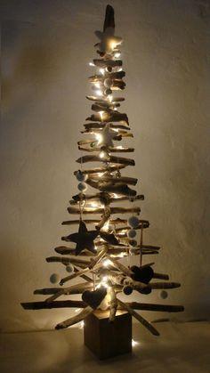 sapin de Noël en bois flotté, décoré de guirlande lumineuse et décorations blanches
