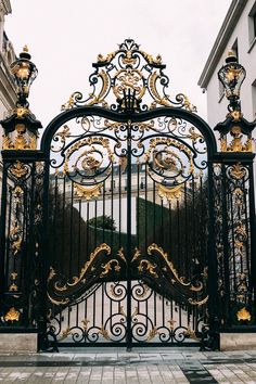 Gates to Paris. Beautiful Paris, Beautiful Castles, Oh Paris, Paris France, Paris Travel, France Travel, Monuments, Royal Doors, Castle Doors