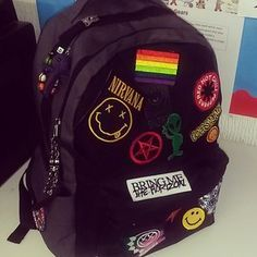 Upgrading your old Jansport backpack with your favorite band patches. Upgrading your old Jansport backpack with your favorite band patches. Mini Mochila, Mochila Grunge, Grunge Fashion, Diy Fashion, Pop Punk Fashion, Kasimir Und Karoline, Band Patches, Diy Patches, Girl Clothing