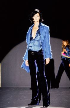 Défilé de prêt-à-porter Gucci automne 1995 This is from Gucci's Fall 1995 Ready-to-Wear Fashion Show designed by Tom Ford. Tom Ford basically reinvented Gucci as a brand when he took over. The brand became refreshed and more popular because of his success 80s And 90s Fashion, Fashion Week, Runway Fashion, High Fashion, Fashion Show, Winter Fashion, Fashion Outfits, Cheap Fashion, Tom Ford Gucci