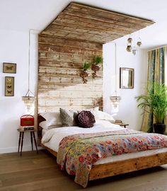 30 inspirations déco pour la chambre : ♡ On aime : Les lampes de chevet pendues de chaque côté ✐ On retient : La tête de lit qui se prolonge sur le plafond pour clore l'espace