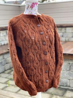 Koften er strikket i vamsegarn fra Rauma ullvarefabrikk på pinne nr 6.  God, varm og romslig kofte. Men Sweater, Knitting, Sweaters, Fashion, Moda, Tricot, Fashion Styles, Cast On Knitting, Stricken