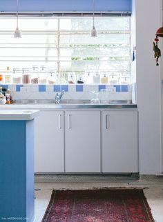Cozinha vintage com pintura e revestimentos em tons de azul.