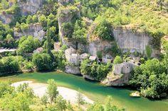 """In den Cevennen fließt der Fluss """"Tarn mit seinem türkisfarbenen Wasser, den weißen Stränden, gesäumt von üppigen Wäldern in schroff-schöner Kulisse"""" und """"ist perfekt zum Schwimmen und Kanufahren"""", schreibt Start. Hier sieht man das pittoreske Dorf Castelbouc."""