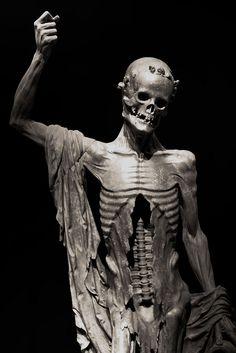 """https://flic.kr/p/9yAkcd   La Mort Saint-Innocent   Statue en albâtre (vers 1530) qui se trouvait à l'origine au centre du cimetière des Innocents à Paris. Musée du Louvre (Département des Sculptures)  Sur la statue on peut lire :  """"Il n'est vivant, tant soit plein d'art, Ni de force pour résistance, Que je ne frappe de mon dard, Pour bailler aux vers leur pitance""""."""