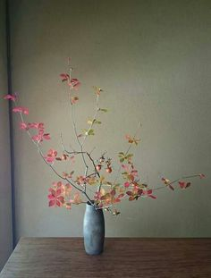 Beautiful branch of leaves in vase // Ikebana Arrangements Ikebana, Ikebana Flower Arrangement, Modern Flower Arrangements, Flower Vases, Flower Art, Cactus Flower, Deco Floral, Arte Floral, Floral Design