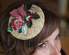 Chapeau Bibi rétro Rose brodé main -  Voilette, ruban rayé et fleurs rouges