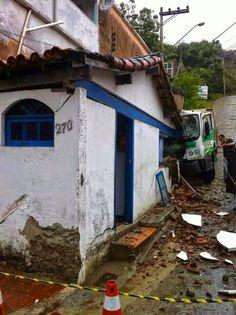 JORNAL O RESUMO - ACIDENTE JORNAL O RESUMO: Chuva deixa rua escorregadia e causa acidente em A...