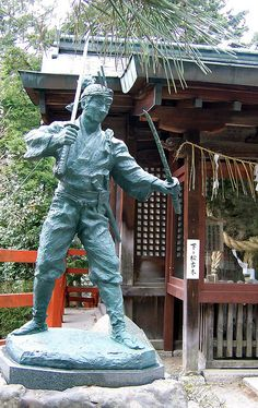 A statue of the famous Miyamoto Musashi, who fought an entire fencing family to a standstill at this place. Samurai Weapons, Samurai Art, Tokugawa Ieyasu, Miyamoto Musashi, Sword Fight, Japanese Sword, Kyoto Japan, Aikido, Japanese Culture