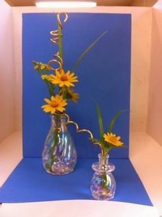 Small stretch design with daisies arrangement New Garden Club Journal Unique Flowers, Small Flowers, Small Flower Arrangements, Clear Glass Vases, Garden Club, Flower Show, Ikebana, Flower Designs, Bonsai