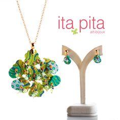 Colla elaborado en madera, pintado y ensamblado a mano en hilos y cadena de oro goldfield con swarovski y perlas de agua dulce. Viene acompañado de aretes. http://www.elretirobogota.com/esp/?dt_portfolio=ita-pita