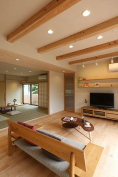Using light wood furniture on a light wood floor creates a oneness that is aesthetically cohesive. Japanese Modern House, Japanese Interior Design, Japanese Living Rooms, Home Interior Design, Interior Architecture, Muji Haus, Tatami Room, Japan Interior, House Plans