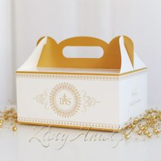 Co zrobić z pozostałym po przyjęciu komunijnym tortem i innymi słodkościami? Najlepiej podarować je gościom do domu. Najwygodniejszy i najładniejszy sposób na zapakowanie to specjalne pudełka na ciasto! PUDEŁKO na ciasto komunijne Hostia