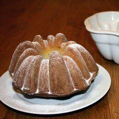 šlehačková bábovka4 vejce 200g cukru krupice 1 vanilkový cukr 1 šlehačka (33%) 300g hladké mouky 1 prášek do pečiva hořká čokoláda rozinky mandle či ořechy (nejlépe mleté) Bunt Cakes, Brownies, Breakfast, Recipes, Food, Design, Cake Brownies, Morning Coffee, Essen