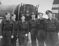 An unknown crew from 75(NZ) Squadron RAF – Photo courtesy of the NZ Bomber Command Assn, Jack Meehan collection.