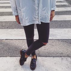 Elisa Serrano sur Instagram : Dr. Martens on my feet thanks to @aurevoircinderella_shoes / shirt from @saboskirt