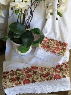Jogo de toalha com barrado floral.