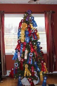Horse show ribbons would make beautiful decorations on an equestrian-themed Christmas tree. I could definitely see me doing this in the near future, so can fill 100 trees this way Show Ribbon Display, Horse Show Ribbons, Ribbon Quilt, Equestrian Decor, Equestrian Style, Equestrian Problems, Western Christmas, Christmas Crafts, Christmas Tree
