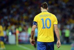 Le tifo des supporters suédois en hommage à Zlatan - http://www.le-onze-parisien.fr/le-tifo-des-supporters-suedois-en-hommage-a-zlatan/