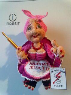 Магнит на холодильник. Выполнен по идее Елены Лаврентьевой Fabric Doll Pattern, Fabric Dolls, Amigurumi Toys, Amigurumi Patterns, Knitted Dolls, Crochet Dolls, Crochet Humor, Fashion Dolls, Kids Toys