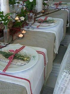 nappe de table de couleur gris, set de table élégant, bougie, fleurs