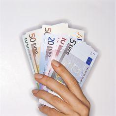 Hmm.. hier ben je dan Tania Maria. Héérlijk!! Je steekt je hand in de dikke envelop voor je.. je vingers voelen een dik pak geld!! JOUW geld, je eigen geld dat mensen met super véél plezier hebben gegeven voor jouw foto kunstwerken! Hmm.. je haalt de briefjes 1 voor 1 eruit, laat ze door je vingers glijden. Héérlijk dat papier, prachtige kleuren.. Je voelt je zoo dankbaar voor al je clienten, je bewonderaars, de mensen die met jouw energie mee vibreren! Jouw stroom, jouw flow! Op naar meer…