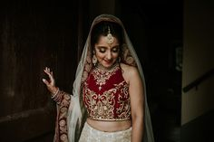 The intricate gold details on this bride's traditional Hindu wedding attire is stunning Indian Wedding Receptions, Wedding Mandap, Wedding Dress Sleeves, Elegant Wedding Dress, Wedding Dresses, Romantic Weddings, Hindu Weddings, Peach Weddings, Peach Wedding Invitations