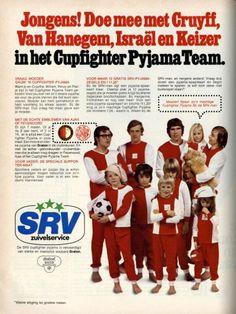 Onbekend | Reclame SRV. Zegelspaaractie. Cupfighter pyjama. Johan Cruijff, Willem van  Hanegem, Rinus Israël en Piet Keizer met enkele kinderen in club-pyjama's.  (Ajax en Feyenoord merchandising). Pag.94 van Libelle nr.17 uit 1972.