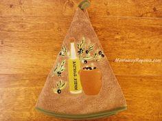 Paño de cocina bordado redondo 100 % algodón modelo BOTELLA DE ACEITE 2 en color marrón claro (70 cm. de diámetro). Se utiliza como paño en la cocina o como toalla para las manos en el baño.