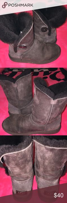 Size 7 Australia uggs! Super cut brown size 7 Australia Uggs have been favored but still have lots of life has light creases and has a few little spots but nothing big!💕 UGG Shoes Ankle Boots & Booties