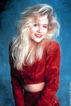 If you look like Christina Applegate circa Married.With Children, you're definitely using hair spray wrong (hopefully you have some sweet tube tops, though). But the rest of us could still use a hair-spray refresher,. 1980s Hair, 80s Big Hair, Eighties Hair, 1980s Fashion Trends, 80s Trends, 90s Fashion, 80s Prom, Christina Applegate, Christina Ricci