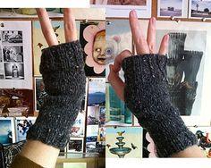 Hier zijn die prachtige handschoenen zonder dat extra biesje. Nadeel? Het is in engels& gebreid op 4 naalden. Yeaks