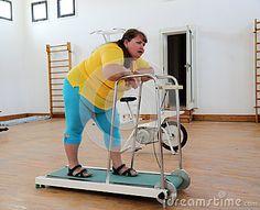 Mujer gorda cansada en la rueda de ardilla del instructor