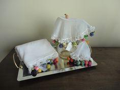 Pronta entrega!  Cobre jarra em tecido nas cor branca, com barrado de crochê com frutinhas coloridas em linhas finas 100% de algodão. Poderá combinar com:  * o conjunto de cozinha ou copa (pano de prato e a toalha com barrados de frutinhas);  * o cobre vasilhas.( com enfeites de frutinhas colorid...