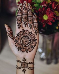 Circle Mehndi Designs, Palm Henna Designs, Pretty Henna Designs, Palm Mehndi Design, Indian Henna Designs, Latest Arabic Mehndi Designs, Beginner Henna Designs, Mehndi Designs For Girls, Mehndi Design Photos
