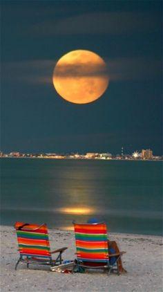 La luna inmensa llena de colores las aguas de la #RivieraMaya. Paraíso que es tan bello de día como de noche.