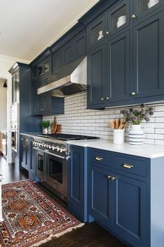 Kitchen Interior Design Remodeling Some people may find it unusual to use blue as kitchen color. But you'll be amazed with this blue kitchen cabinets ideas! From navy, bold, light blue, and midnight blue color. Kitchen Cabinet Colors, Kitchen Redo, Home Decor Kitchen, Kitchen Interior, Home Kitchens, Navy Blue Kitchen Cabinets, Navy Blue Kitchens, Blue Kitchen Ideas, Navy Cabinets