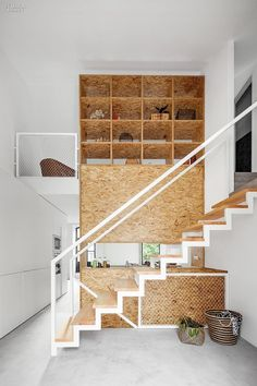 Beautiful wooden staircase and bookcase combined with white walls! More interior design inspiration on Dutch weblog www.stylingblog.nl.
