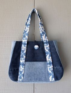 Best 12 This is a handmade bag of pants .- Best 12 Se trata de un bolso hecho a mano de los pantalones vaqueros del dril de… Best 12 This is a handmade denim jeans bag recycled / reused and lined - Sacs Tote Bags, Denim Tote Bags, Denim Bag Patterns, Bag Patterns To Sew, Patchwork Bags, Quilted Bag, Jean Purses, Purses And Bags, Bag Quilt