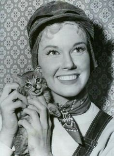 Doris Day et son chat. Crazy Cat Lady, Crazy Cats, I Love Cats, Cool Cats, Patricia Highsmith, Celebrities With Cats, Celebs, Animal Gato, Gatos Cats