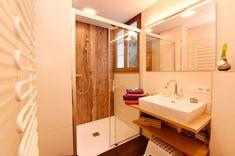 Dusche, WC und Handtuchwärmer warten auf dich. Mirror, Bathroom, Frame, Furniture, Home Decor, Waiting, Ad Home, Washroom, Picture Frame