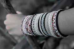 Sameslöjd     Systern tillverkar tenntrådsarmband.  Dessa kommer att finnas till försläljning på Hantverksmarknad i Gamla Linköping den 2...